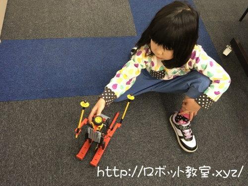 自作ロボットを動かす女の子