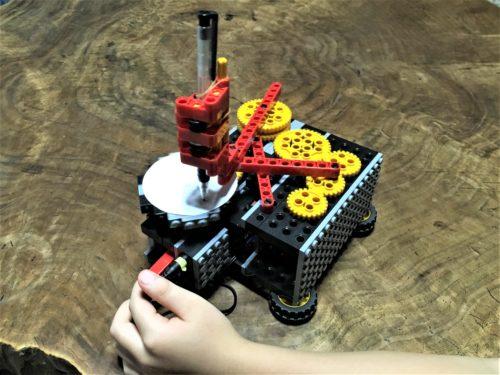 ロボットでコースター作成中