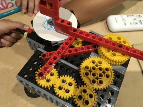 手作りおもちゃで遊ぶ小学生