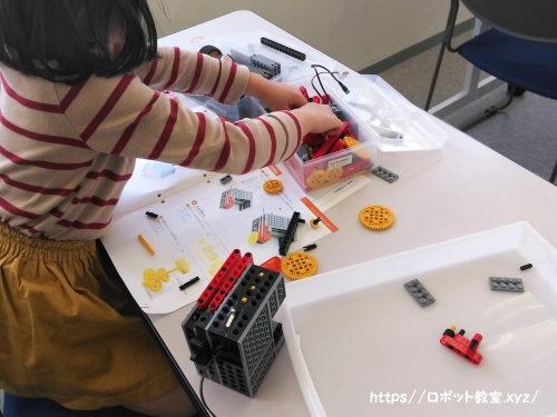 ロボット組み立て中の小学1年生