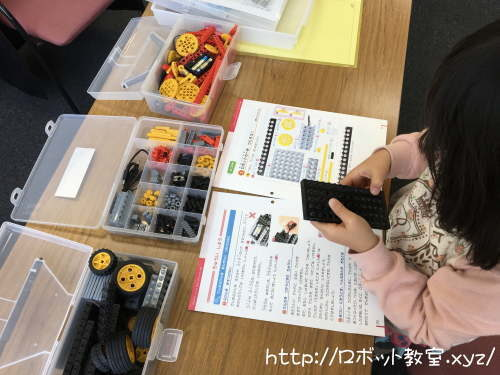 ロボット作りに没頭・集中する小学生