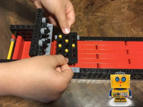 小学生がロボット製作中