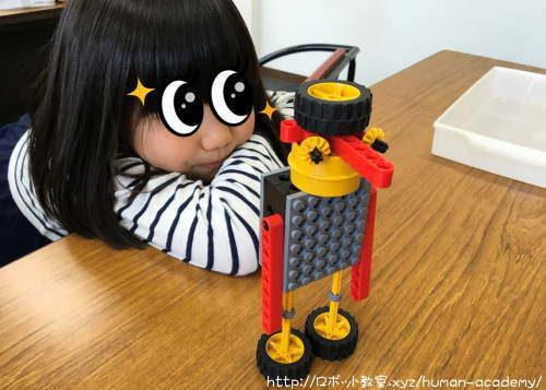 完成したロボットに満足する子ども