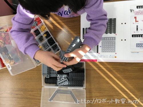 ロボット教材のパーツブロックを並べる幼児