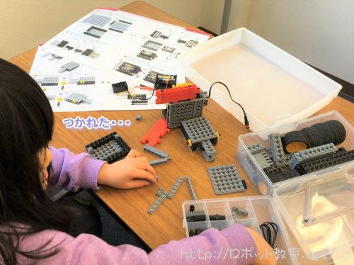 集中してロボットを作る子ども