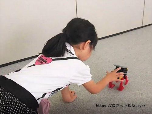 ロボットで遊ぶ小学1年生女の子