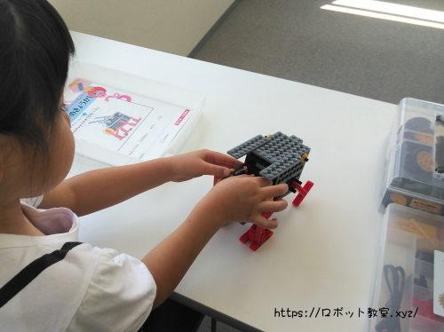 ごっこ遊びしながらロボット作りする小1