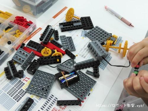 確認しながらの組み立て作業。ヒューマンアカデミーロボット教室ブログ