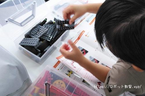 なぜ?を考えながらロボットを組み立てする小学1年生