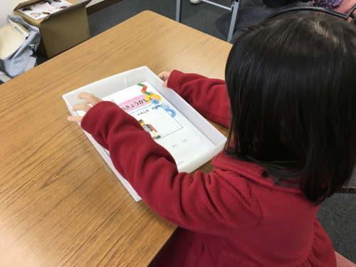 ロボット教室に参加する小学1年生
