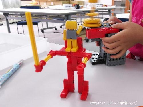 作ったロボットで遊ぶ小学生