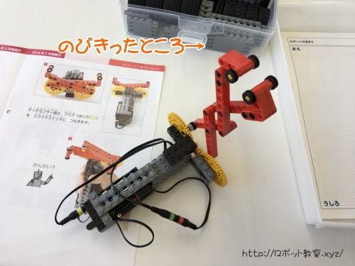 ロボットで遊ぶ幼稚園年長と小学生