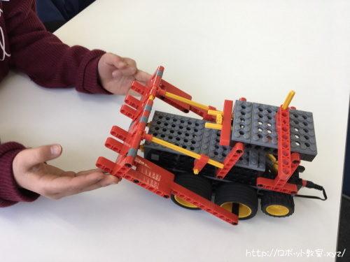 ロボットを動かす幼児