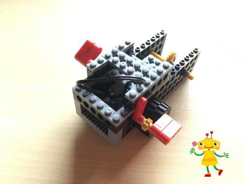 ロボット教室で「ロボフィッシュ」を作る小学生