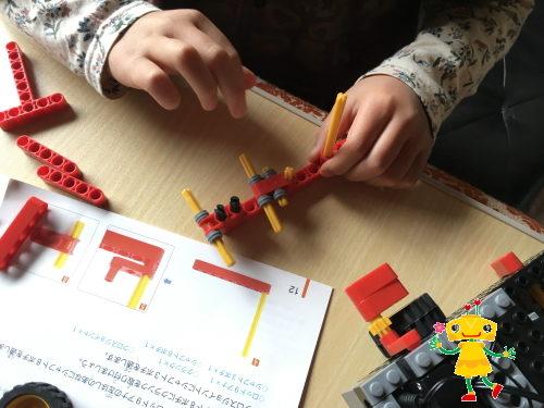 集中してロボットを組み立てる小学1年生女の子