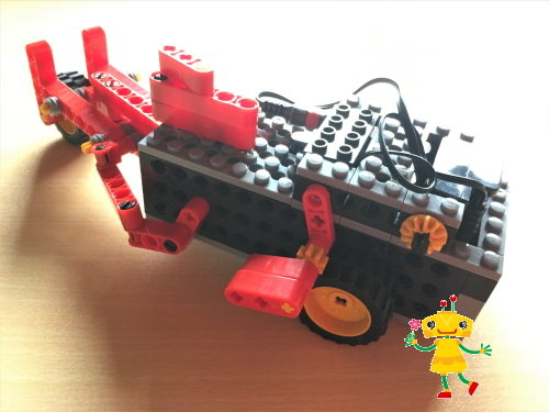 ブロック教材を組み立てて完成したロボット