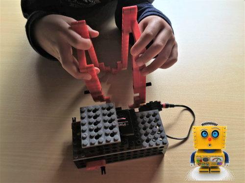 ロボット教室に通う小学1年生の女の子
